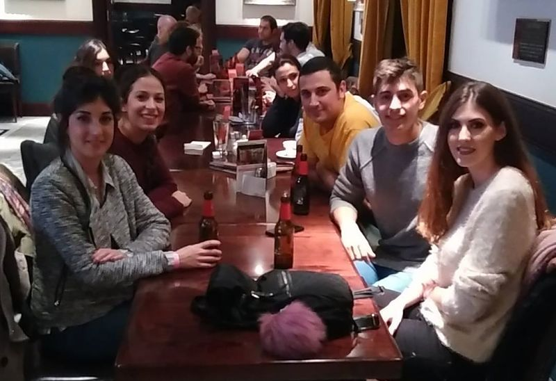 Sevilla Intercambio - International Rock Nights - Hard Rock Cafe - Amigos disfrutando con los idiomas